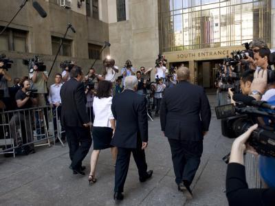 Dominique Strauss-Kahn und seine Frau Anne Sinclair gehen ins Gerichtsgebäude.