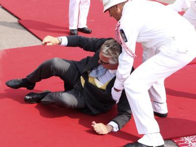 Der belgische Prinz Laurent stolperte auf dem roten Teppich.