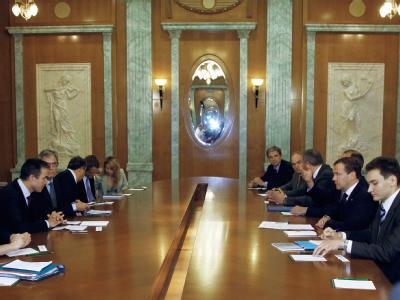 Russland Präsident Medwedew (2.v.r.) und Nato-Generalsekretär Anders Fogh Rasmussen (l) während der Verhandlungen in Sotschi.