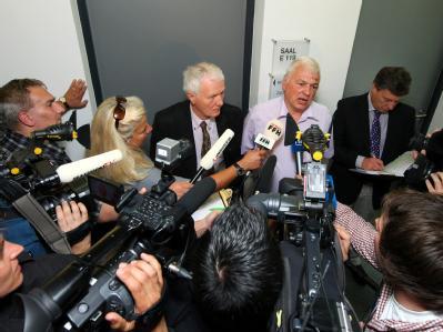 Der 52-jährige Lehrer Horst A. (helles Hemd) im Gerichtsflur: Horst A. ist nach fünf Jahren freigesprochen worden - das mutmaßliche Vergewaltigungsopfer habe gelogen, befand das Kasseler Landgericht.