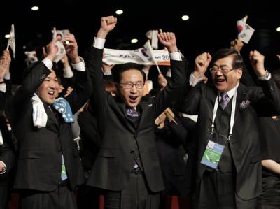 Koreas Präsident Lee Myung-bak (M) freut sich mit der südkoreanischen Delegation über die Entscheidung für Pyeongchang.