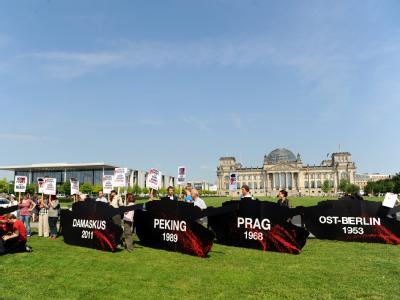 Demonstranten protestieren vor dem Reichstag in Berlin gegen geplante Panzerlieferungen an Saudi-Arabien. (Archivbild)