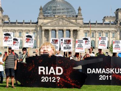 Demonstranten protestieren am Mittwoch (06.07.2011) vor dem Reichstag in Berlin gegen geplante Panzerlieferungen an Saudi-Arabien.