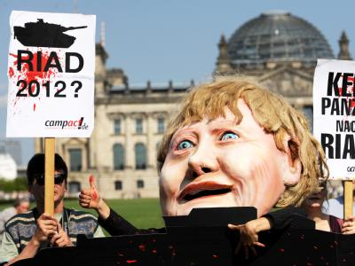 Demonstranten protestieren am Mittwoch vor dem Reichstag in Berlin gegen geplante Panzerlieferungen an Saudi-Arabien.