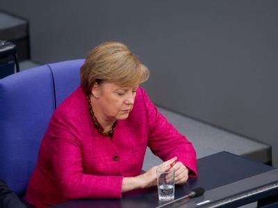 Schweigsam: Bundeskanzlerin Angela Merkel bei der Debatte über das umstrittene Panzergeschäft mit Saudi-Arabien.