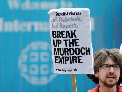 Ein Demonstrant fordert die Zerschlagung des Medienimperiums von Rupert Murdoch.