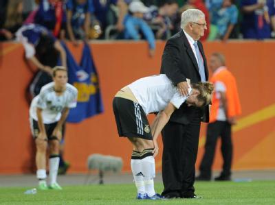 Tröster: DFB-Chef Theo Zwanziger nimmt Simone Laudehr in den Arm.