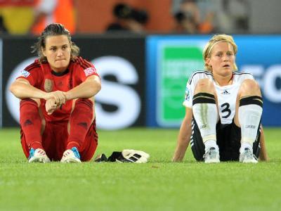 Sprachlos: Nadine Angerer (l.) und Saskia Bartusiak.