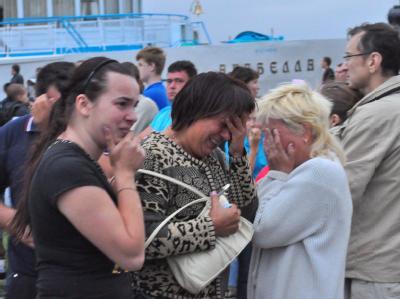 Überlebende trauern um die Opfer des Schiffsunglücks. Viele Kinder sind darunter.