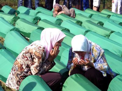 Zehntausende Menschen haben in Srebrenica des Massakers in dem ostbosnischen Ort vor 16 Jahren gedacht.