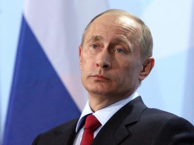 Der russische Ministerpräsident Wladimir Putin wird trotz heftiger Kritik mit dem deutschen Einheitspreis Quadriga ausgezeichnet.