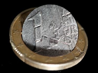 Beschädigte Euro-Münze: Die Euro-Finanzminister beraten in Brüssel darüber, wie die Krise eingedämmt werden kann. Nicht nur das krisengeschüttelte Griechenland, sondern auch Italien macht die Märkte nervös.