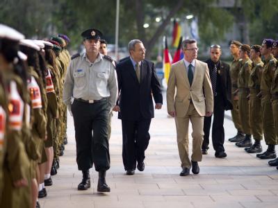 Verteidigungsminister Thomas de Maiziere (r.) schreitet mit seinem Amtskollegen Ehud Barak (l.) eine Ehrenformation ab.