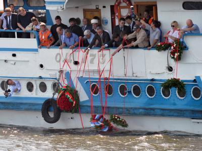 Trauer an der Wolga: Angehörige der Unglücksopfer versenken Kränze im Fluss.