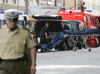 Nach dem Mafiamord von Duisburg: Bestatter beim Abtransport zweier Leichen.
