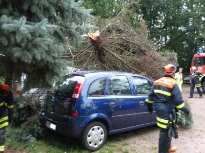 Nach kurzem aber heftigen Starkregen, begleitet von orkanartigen Sturmböen, kam es in der Nacht zum Mittwoch in Südbaden zu verschiedenen Einsatzlagen für Polizei und die örtlichen Feuerwehren.