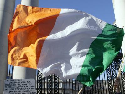 Die irische Flagge vor dem Regierungsgebäude in Dublin (Archivfoto vom 24.11.2010).