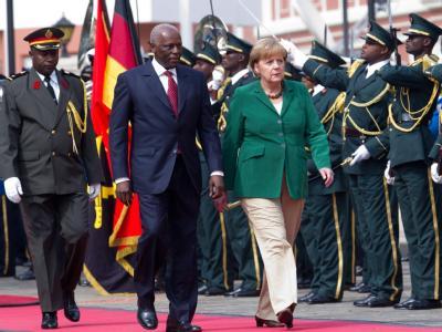 Bundeskanzlerin Angela Merkel beim Empfang in Luanda/Angola neben Staatspräsident Jose Eduardo dos Santos.