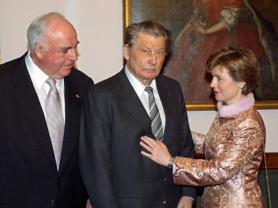 Leo Kirch (M) mit Altkanzler Helmut Kohl und Maike Richter im Februar 2006 im Schloss Bellevue.