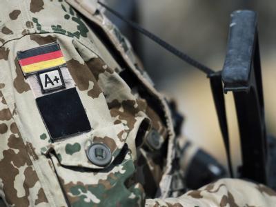 Für den Notfall: Ein Bundeswehr-Soldat trägt seine Blutgruppe am Ärmel.