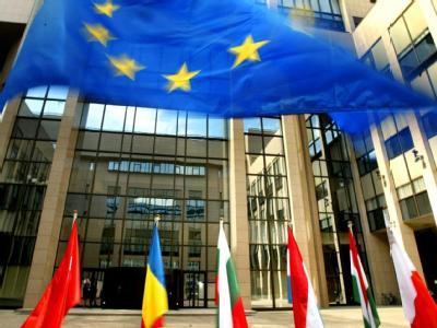 Die Fahnen der EU-Mitgliedsstaaten schmücken den Eingang des EU-Ratsgebäudes in Brüssel.
