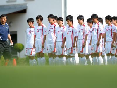 Die Frauenfußball-Nationalmannschaft Nordkoreas und Trainer Kim Kwang Min (l) in der Sportschule «Egidius Braun» in Leipzig beim Training.