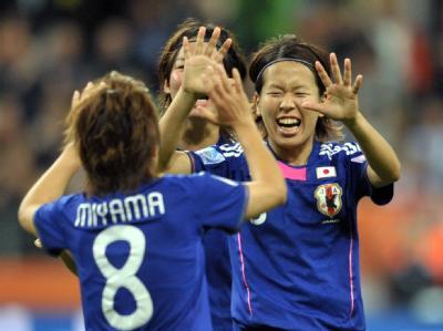 Japans Aya Miyama freut sich mit Kollegin Azusa Iwashimizu über ihren Treffer.