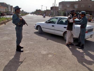 Afghanische Polizisten bei einer Kontrolle in Herat: Die Internationale Schutztruppe Isaf wird ab dieser Woche Afghanistans Sicherheitskräften das Kommando übergeben.