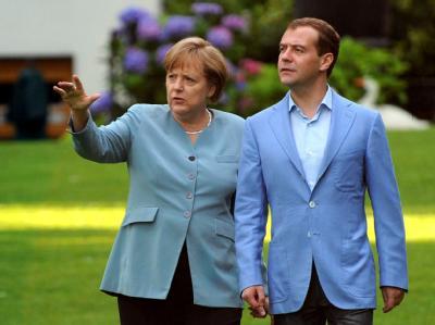 Der russische Präsident Dmitri Medwedew und die Bundeskanzlerin Angela Merkel (CDU) im Garten des Landhauses in Garbsen, wo die Deutsch-Russischen Regierungskonsultationen stattfinden.