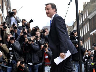 Die Abhör- und Bestechungsaffäre um den Medienmogul Rupert Murdoch macht immer deutlicher: Polizei, Medienindustrie und Politik hockten in Großbritannien zu dicht aufeinander. Während in Medien und Polizei die Köpfe rollen, kommt auch Premierminister Davi