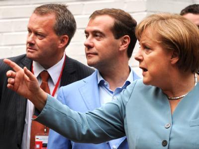 Angela Merkel zeigt, wo es langgeht: Während der Deutsch-Russischen Regierungskonsultationen spaziert die Bundeskanzlerin mit dem russischen Präsidenten Dmitri Medwedew durch den Garten eines Landhauses bei Hannover. Foto: Peter Steffen, dpa