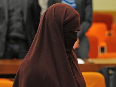 Die mitangeklagte Frau muss an einem sozialen Trainingskurs teilnehmen, da sie nur für die terroristische Vereinigung geworben hatte.