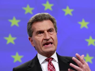 Der deutsche EU-Kommissar Günther Oettinger will gemeinsame europäische Anleihen nicht kategorisch ausschließen. Foto: Olivier Hoslet/Archiv