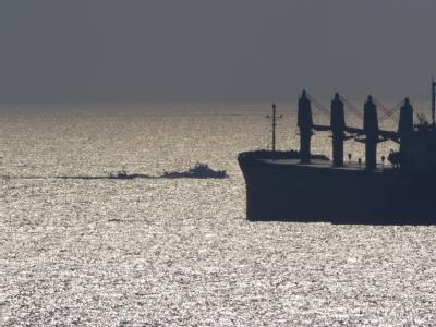 Die «Dignité al Karama» wird von israelischen Marienbooten in den Hafen von Ashdod eskortiert.