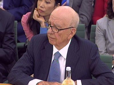 Rupert Murdoch - im Hintergrund seine Frau Wendy Deng - vor dem Parlamentsausschuss.
