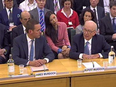 Ein historischer Auftritt: Rupert Murdoch und sein Sohn sagen öffentlich aus.