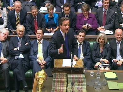 Der britische Regierungschef David Cameron (M., stehend) im Parlament in London.
