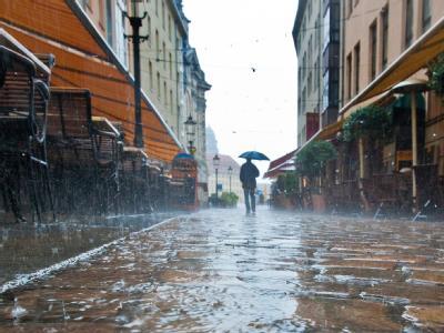Dauerregen auf Kopfsteinpflaster: Regenguss in der Dresdner Altstadt.