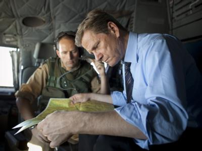 Bundesaußenminister Westerwelle im Cockpit einer Bundeswehr-Transall auf dem Flug nach Kabul.
