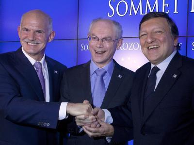 Der griechische Ministerpräsident Giorgos Papandreou, EU-Ratspräsident Herman Van Rompuy und EU-Kommissionspräsident José Manuel Barroso strahlen für die Fotografen.