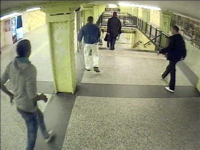 Die Video-Aufnahme einer Überwachungskamera im U-Bahnhof in Berlin-Lichtenberg zeigt mutmaßliche Schläger (außen), die einen Mann (M, weiße Hose) verfolgen (Archivbild vom 11.02.2011).