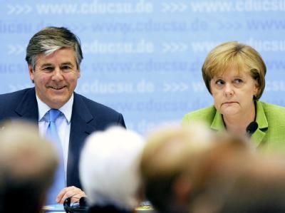 Deutsche-Bank-Chef Josef Ackermann (l) und Bundeskanzlerin Angela Merkel. (Archivbild)