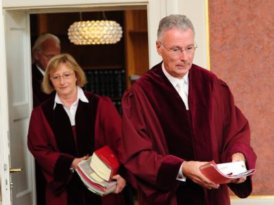 Der Vizepräsident des Bundesfinanzhofs, Hermann-Ulrich Viskorf, betritt mit Richterin Christine Meßbacher-Hönsch den Verhandlungssaal.