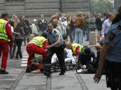 Rettungskräfte kümmern sich am Freitag um Opfer des Bombenanschlags in Oslo.