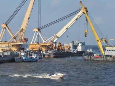 Mit Spezialwinden haben die mächtigen Schwimmkräne «Mogutschij» und «KPL-351» das Wrack der «Bulgaria» gehoben. (Foto: Russisches Katastrophenschutzministerium)