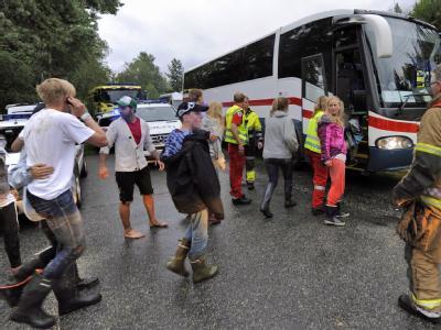 Überlebende des Massakers werden per Bus nach Hause gebracht.
