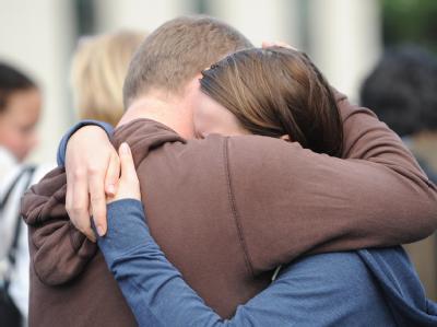 Überlebende des Massakers versuchen sich gegenseitig zu trösten.