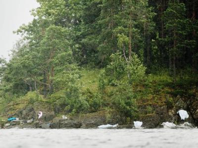 Körper der Todesopfer von Utøya liegen, von Laken verhüllt, am Ufer der Insel.