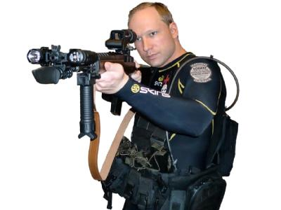 Breivik in Killerpose: Auf dem Aufnäher am Arm steht «Marxist Hunter Norwegen - Erlaubnis zur Jagd von Multi-Kulti-Verrätern». (Foto: Scanpix-Handout)