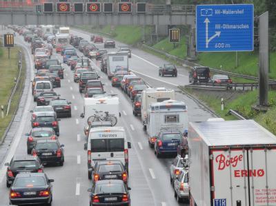 Fahrzeuge stauen sich auf der Bundesautobahn A7 vor dem Elbtunnel in Richtung Süden. Durch den Ferienbeginn in verschiedenen Bundesländern kommt es im Norden zu Staus.